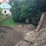 ohradový múr po očistení